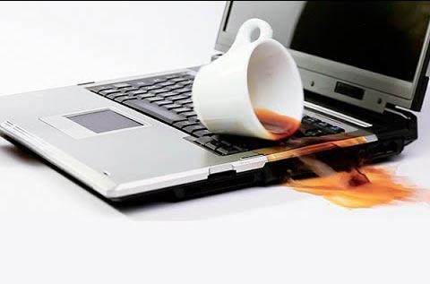 nước đổ máy tính
